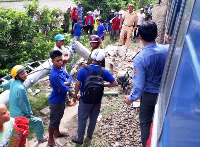 Bình Thuận: Tàu lửa tông xe khách 16 chỗ, 3 người tử vong - Ảnh 4.