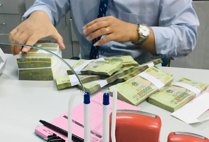 Các ngân hàng bất ngờ giảm lãi suất cho vay - Ảnh 1.