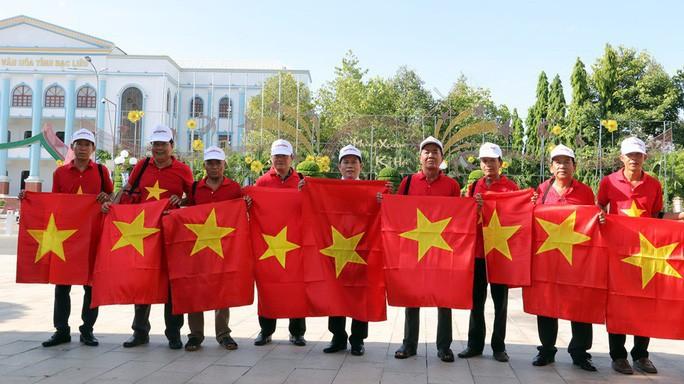 Bàn giao 5.000 lá cờ Tổ quốc cho ngư dân Bạc Liêu - Ảnh 4.