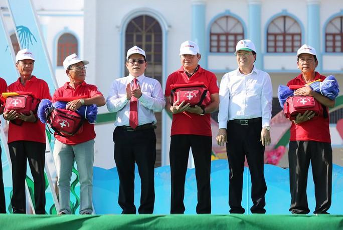 Bàn giao 5.000 lá cờ Tổ quốc cho ngư dân Bạc Liêu - Ảnh 3.