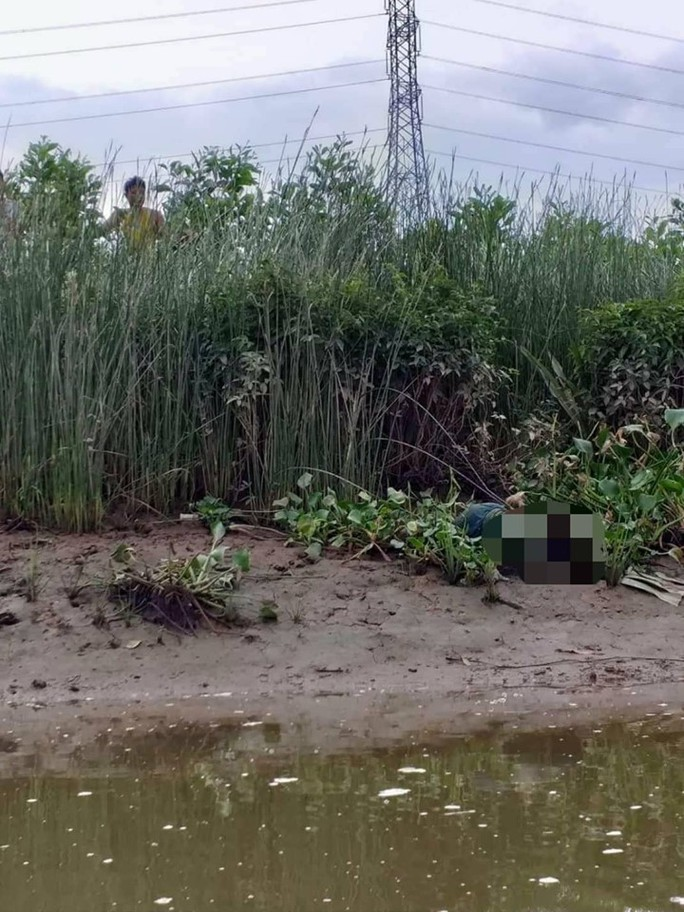 Bàng hoàng phát hiện thi thể bé trai nằm ở bờ sông - Ảnh 1.