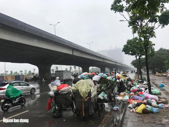 Dân lại chặn xe vào bãi rác lớn nhất Hà Nội, nội đô ngập rác - Ảnh 4.