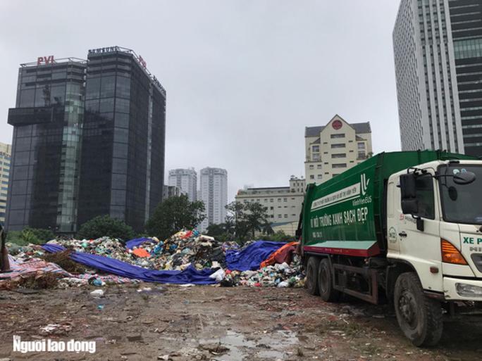 Dân lại chặn xe vào bãi rác lớn nhất Hà Nội, nội đô ngập rác - Ảnh 7.