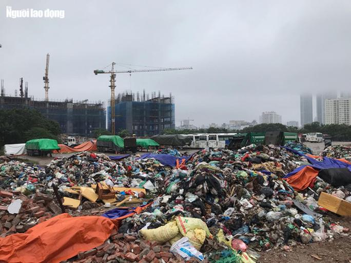 Dân lại chặn xe vào bãi rác lớn nhất Hà Nội, nội đô ngập rác - Ảnh 10.
