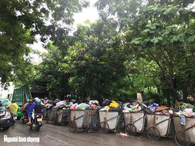 Dân lại chặn xe vào bãi rác lớn nhất Hà Nội, nội đô ngập rác - Ảnh 6.