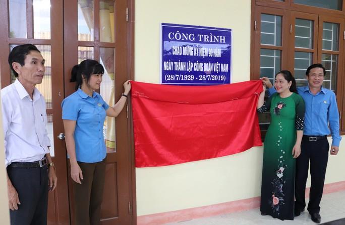 Gắn biển công trình chào mừng kỷ niệm 90 năm thành lập Công đoàn Việt Nam - Ảnh 1.