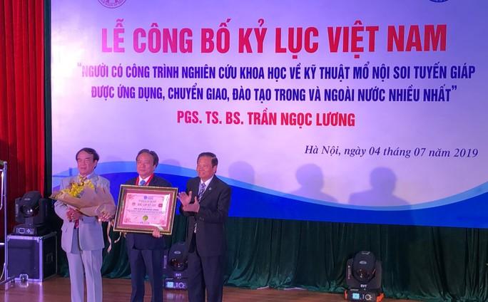 Bác sĩ Việt có nhiều học viên nước ngoài nhất nhận chứng nhận kỷ lục Việt Nam - Ảnh 4.