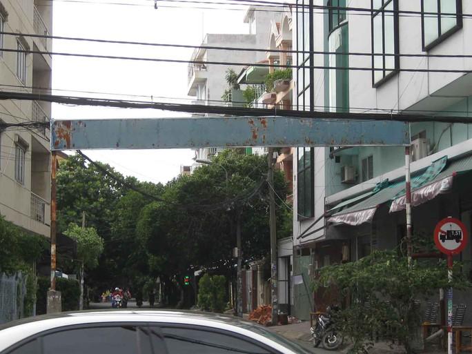 Bảng hiệu khu phố nhếch nhác - Ảnh 1.
