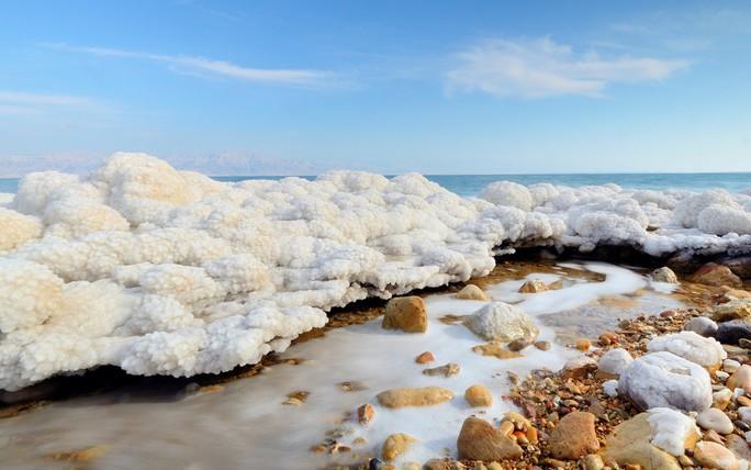 Giải mã tuyết ấm bí ẩn của Biển Chết - Ảnh 1.