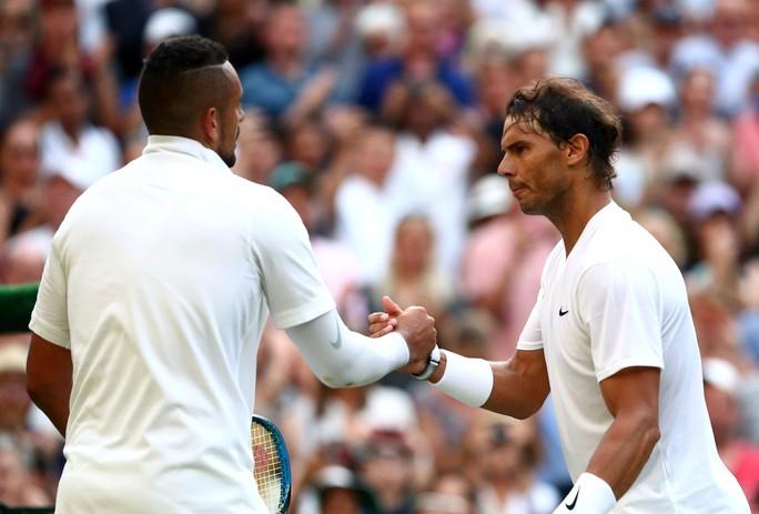 Clip Nadal bật cười vì cú giao bóng quái của Kyrgios - Ảnh 1.