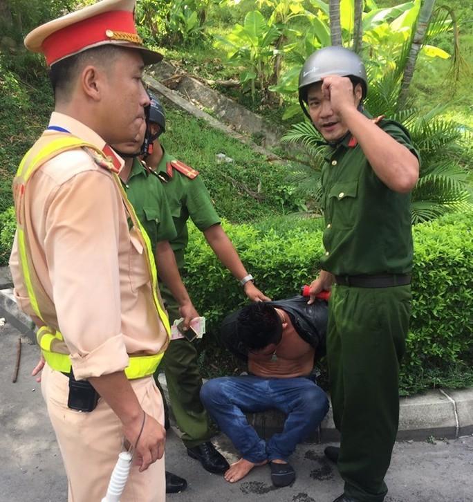 Tài xế nghi ngáo đá lái ôtô gây tai nạn liên hoàn rồi cố thủ trong cabin xe container - Ảnh 2.