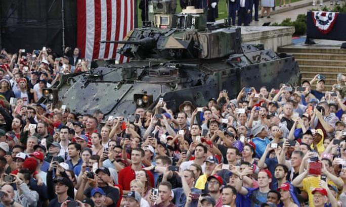 Mỹ phô diễn sức mạnh quân sự trong lễ mừng quốc khánh - Ảnh 4.