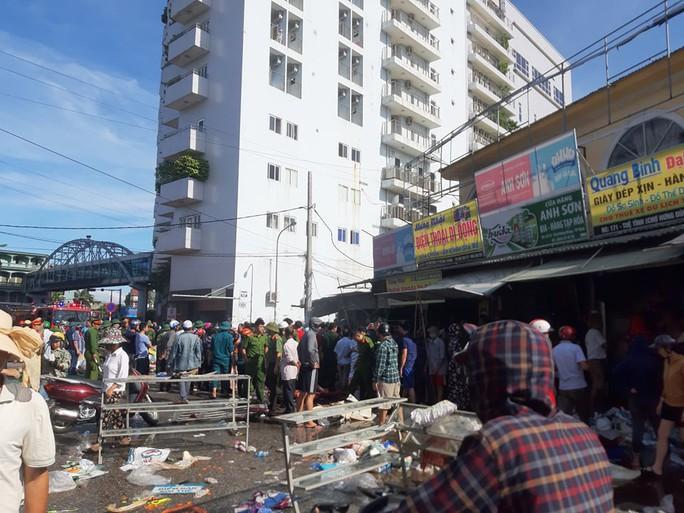 CLIP: Cháy chợ cạnh bệnh viện, y - bác sĩ giúp tiểu thương cứu hàng hóa - Ảnh 3.