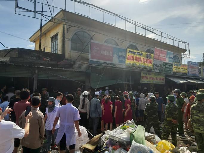 CLIP: Cháy chợ cạnh bệnh viện, y - bác sĩ giúp tiểu thương cứu hàng hóa - Ảnh 5.