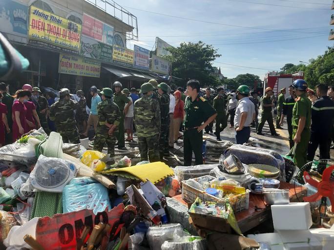 CLIP: Cháy chợ cạnh bệnh viện, y - bác sĩ giúp tiểu thương cứu hàng hóa - Ảnh 6.