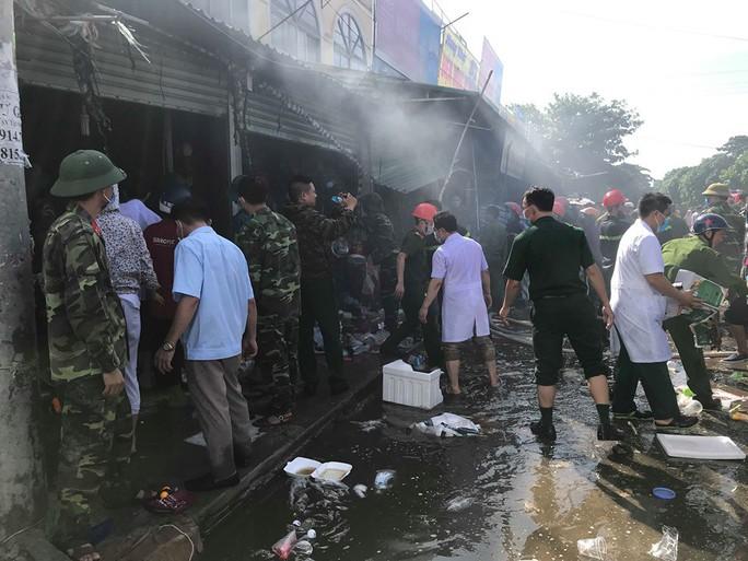 CLIP: Cháy chợ cạnh bệnh viện, y - bác sĩ giúp tiểu thương cứu hàng hóa - Ảnh 4.