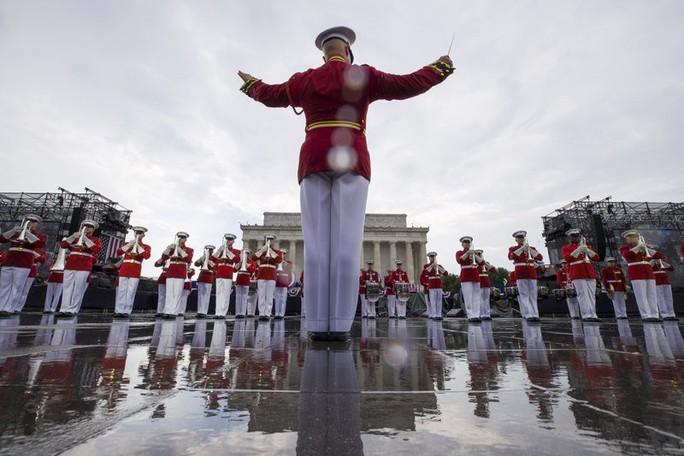 Mỹ phô diễn sức mạnh quân sự trong lễ mừng quốc khánh - Ảnh 6.