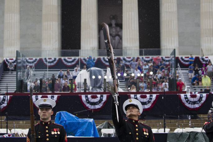 Mỹ phô diễn sức mạnh quân sự trong lễ mừng quốc khánh - Ảnh 10.