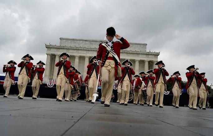 Mỹ phô diễn sức mạnh quân sự trong lễ mừng quốc khánh - Ảnh 7.