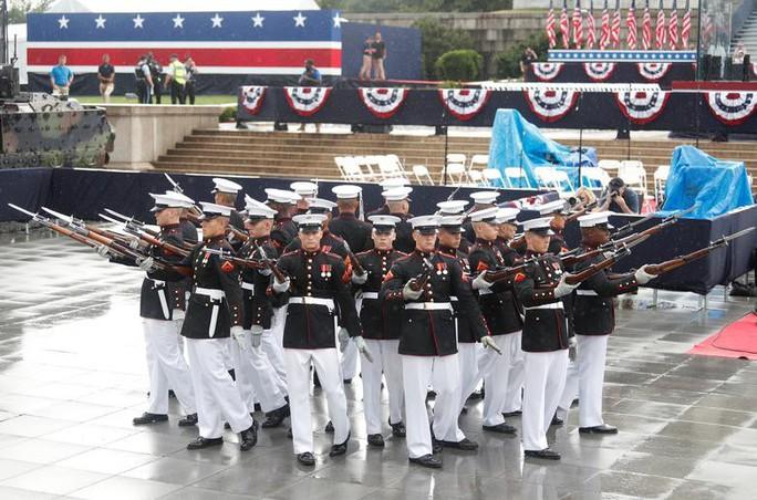 Mỹ phô diễn sức mạnh quân sự trong lễ mừng quốc khánh - Ảnh 8.