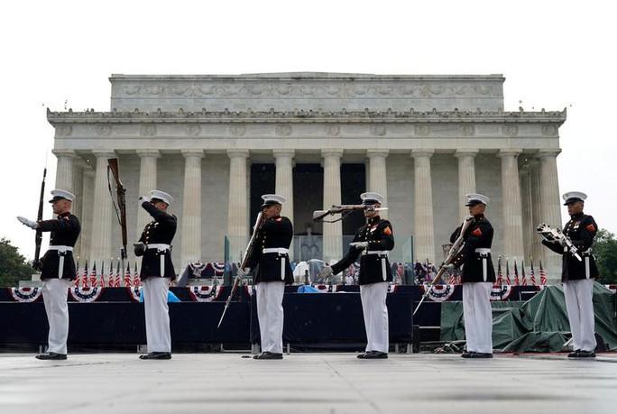 Mỹ phô diễn sức mạnh quân sự trong lễ mừng quốc khánh - Ảnh 9.