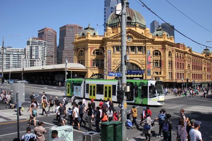 Úc bắt nhóm ăn xin chuyên nghiệp đến từ Trung Quốc - Ảnh 2.