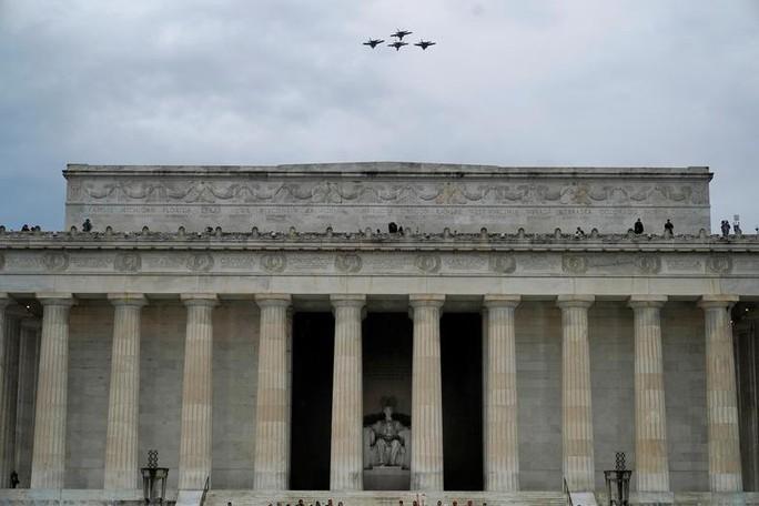 Mỹ phô diễn sức mạnh quân sự trong lễ mừng quốc khánh - Ảnh 3.