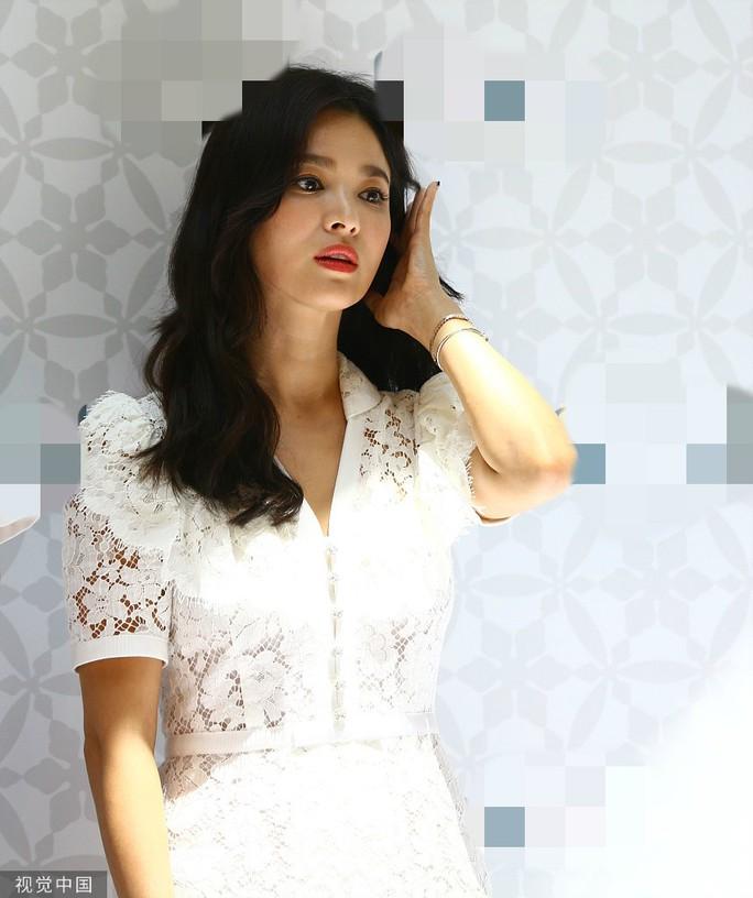 Song Hye Kyo gầy gò xuất hiện lần đầu sau ly hôn - Ảnh 8.