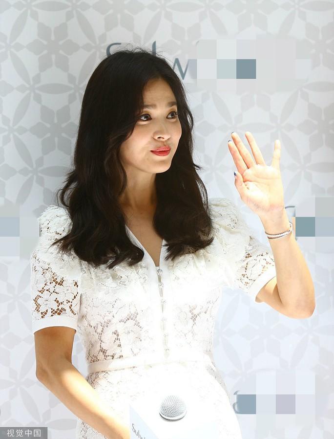 Song Hye Kyo gầy gò xuất hiện lần đầu sau ly hôn - Ảnh 7.