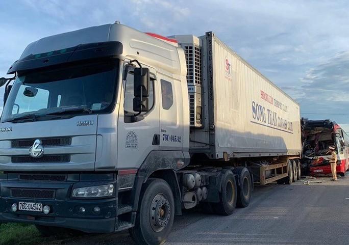 Xe khách chở đoàn người đi du lịch tông xe container, 1 người chết, 14 người nhập viện - Ảnh 2.
