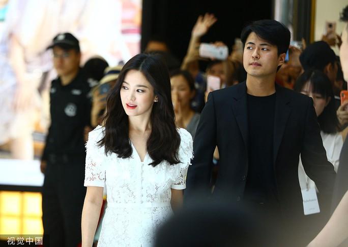 Song Hye Kyo gầy gò xuất hiện lần đầu sau ly hôn - Ảnh 1.