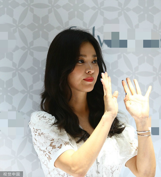 Song Hye Kyo gầy gò xuất hiện lần đầu sau ly hôn - Ảnh 6.