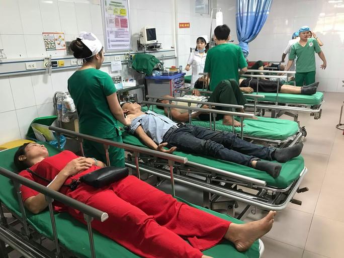Xe khách chở đoàn người đi du lịch tông xe container, 1 người chết, 14 người nhập viện - Ảnh 1.