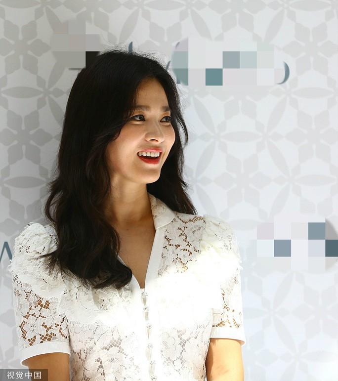 Song Hye Kyo gầy gò xuất hiện lần đầu sau ly hôn - Ảnh 5.
