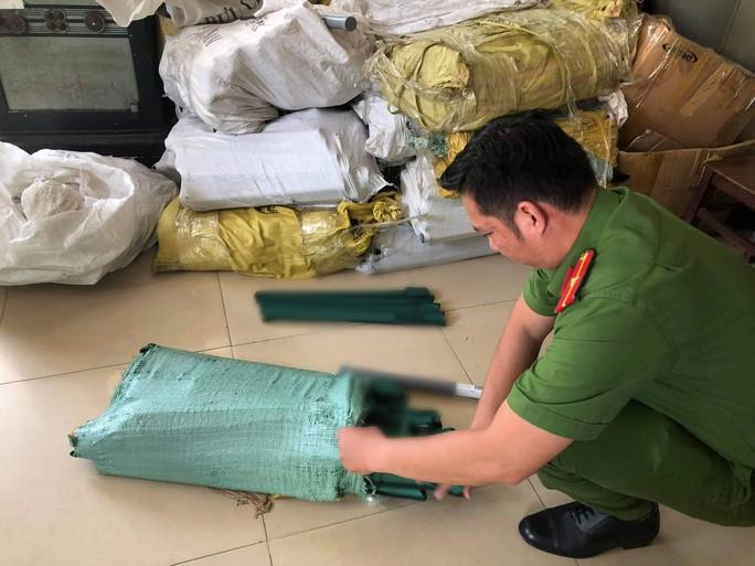 Bắt nhóm nhập hàng nóng nguy hiểm của Trung Quốc về TP HCM tiêu thụ - Ảnh 2.