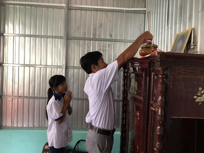 Bé gái và cha khóc nghẹn khi được trao nhà mới - Ảnh 10.
