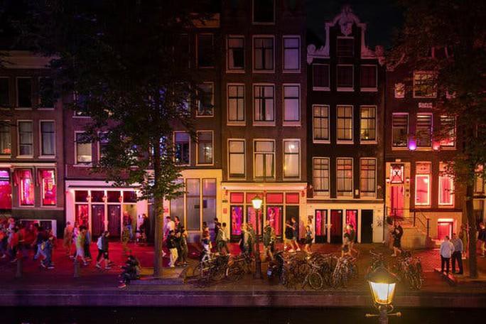 Hà Lan đóng cửa phố đèn đỏ vì du khách chỉ toàn… chụp hình? - Ảnh 1.