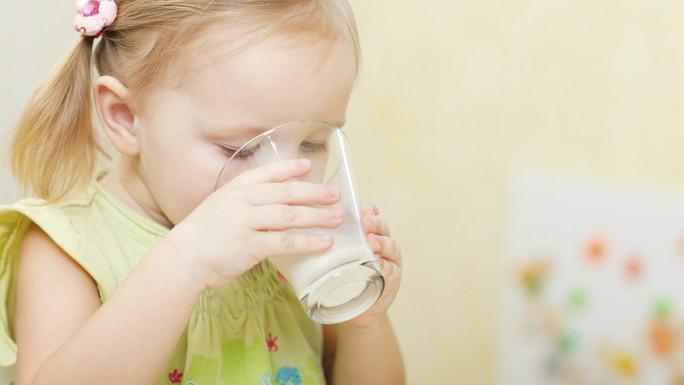 Nhiều trẻ thiếu máu vì... quá chăm uống sữa - Ảnh 1.
