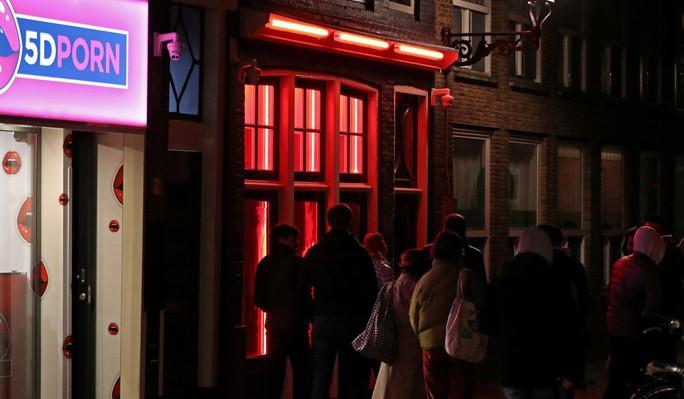 Hà Lan đóng cửa phố đèn đỏ vì du khách chỉ toàn… chụp hình? - Ảnh 3.