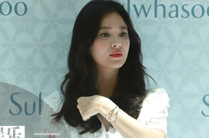 Song Hye Kyo gầy gò xuất hiện lần đầu sau ly hôn - Ảnh 3.