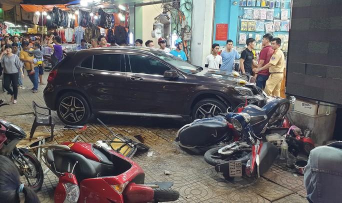 TP HCM: Ôtô điên lao vào dòng xe máy, người, xe văng la liệt - Ảnh 1.