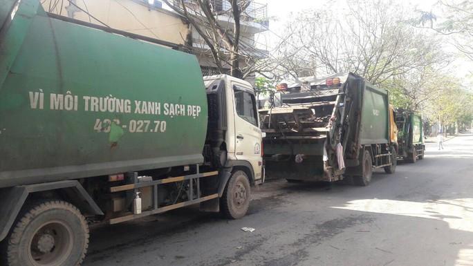 Bãi rác Khánh Sơn bị người dân chặn đường vào, hơn 700 tấn rác bị ùn ứ quanh - Ảnh 1.