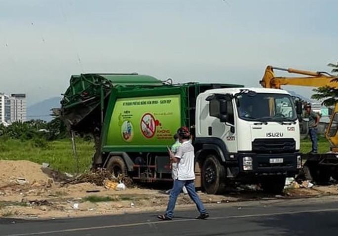 Bãi rác Khánh Sơn bị người dân chặn đường vào, hơn 700 tấn rác bị ùn ứ quanh - Ảnh 2.