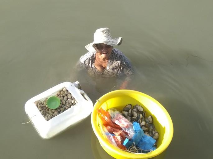 Hỗ trợ cụ bà 85 tuổi ngâm mình dưới biển nuôi cháu tâm thần ở Phú Quốc - Ảnh 3.