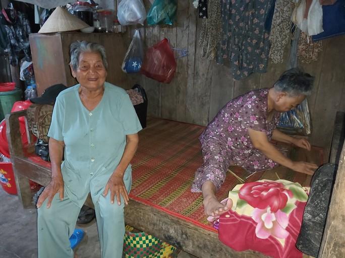 Hỗ trợ cụ bà 85 tuổi ngâm mình dưới biển nuôi cháu tâm thần ở Phú Quốc - Ảnh 2.