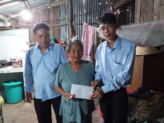 Hỗ trợ cụ bà 85 tuổi ngâm mình dưới biển nuôi cháu tâm thần ở Phú Quốc - Ảnh 1.