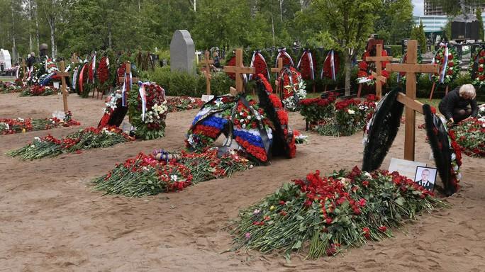 Nga: 14 thủy thủ thiệt mạng trong vụ cháy tàu ngầm được chôn cất - Ảnh 1.