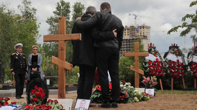 Nga: 14 thủy thủ thiệt mạng trong vụ cháy tàu ngầm được chôn cất - Ảnh 2.