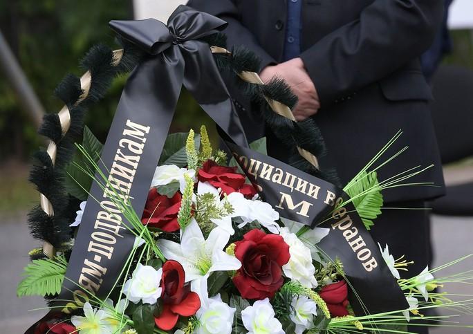 Nga: 14 thủy thủ thiệt mạng trong vụ cháy tàu ngầm được chôn cất - Ảnh 3.