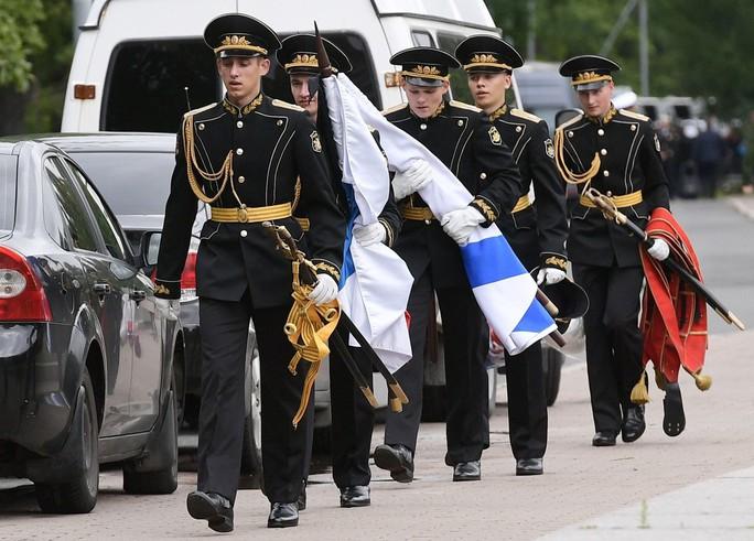 Nga: 14 thủy thủ thiệt mạng trong vụ cháy tàu ngầm được chôn cất - Ảnh 4.